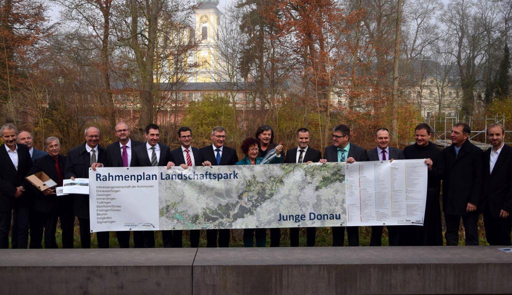 Gemeinsam mit einer Flaschenpost, die bis ins Shcwarze Meer kommen soll, wurde der Rahmenplan für über 100 Projekte im Landschaftspark Junge Donau vorgestellt.