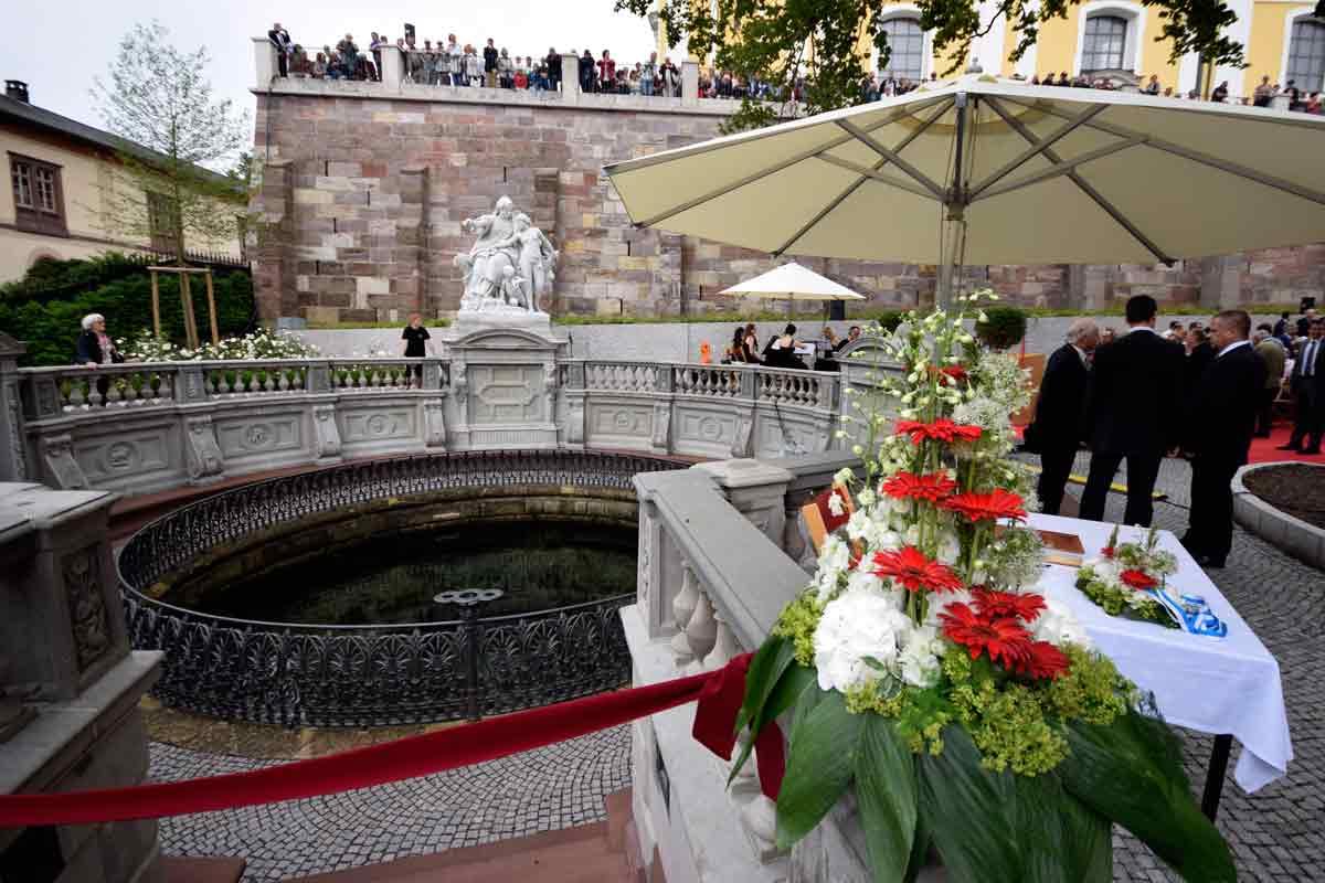 Donauquelle mit Blumenschmuck
